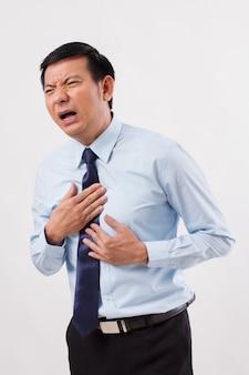 Uomo malato che soffre di reflusso acido, gerd, bruciore di stomaco, indigestione