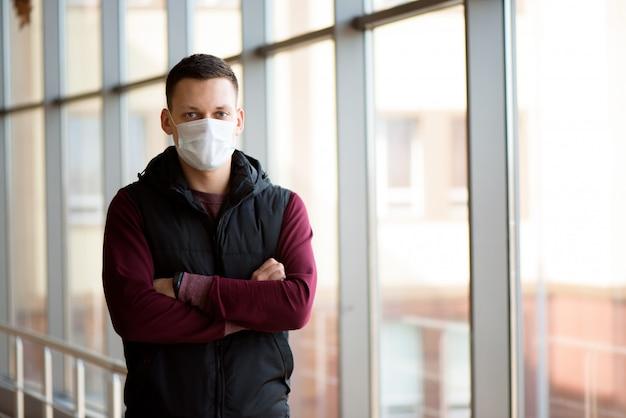 Uomo malato che indossa una maschera nella zona di quarantena. nuova infezione da coronavirus (2019-nkov) o wuhan coronavirus