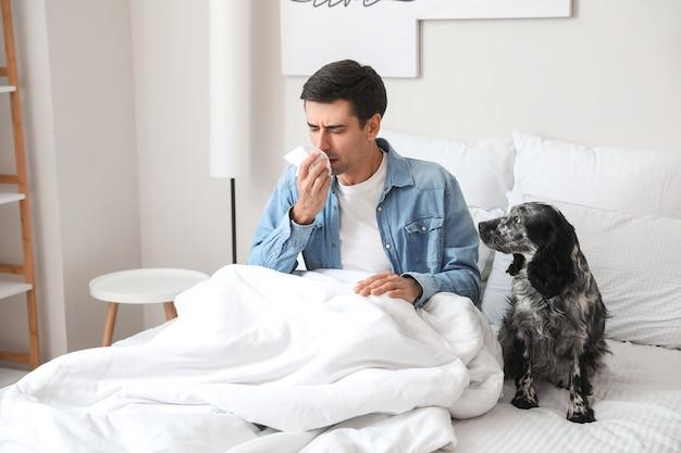 Uomo malato con cane a casa