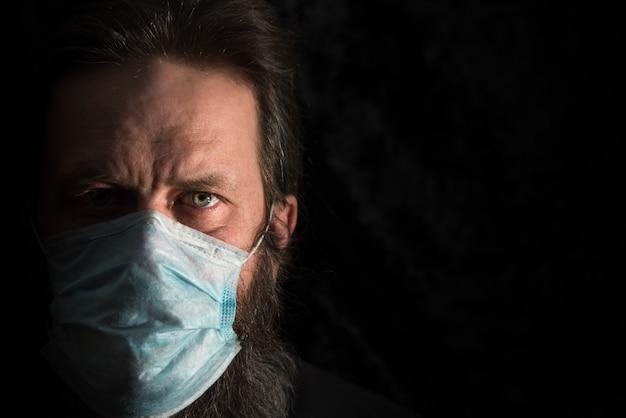 Uomo malato con mascherina medica