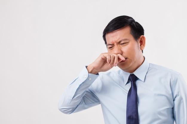Uomo malato con naso che cola, raffreddore, influenza