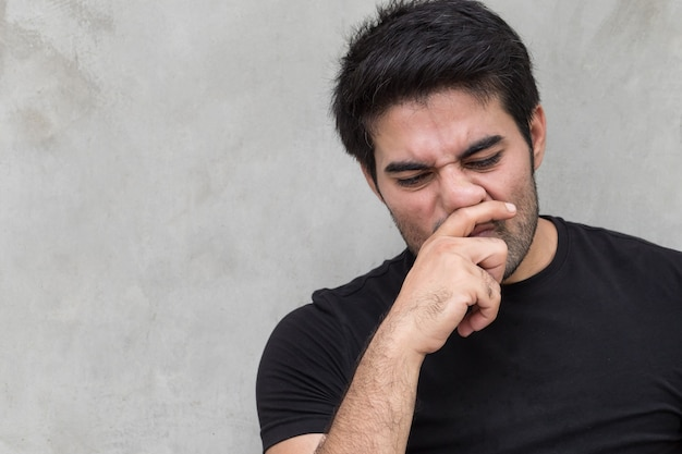 Uomo malato con naso che cola