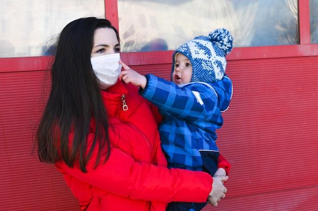 La madre malata cammina con il suo bambino fuori. concetto di diffusione del virus.