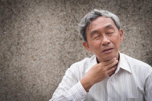 Vecchio malato con mal di gola
