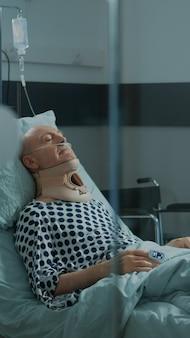 Paziente malato che si riprende da un infortunio con collare cervicale