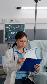 Paziente malato che indossa il tubo nasale dell'ossigeno che riposa nel letto che si riprende dopo un intervento medico di malattia