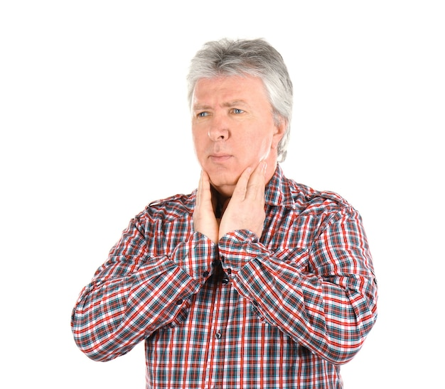 Uomo anziano malato che ha dolore alla gola su bianco