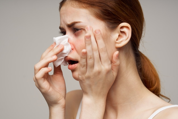 Malati donna influenza virus infezione problemi di salute isolato sfondo