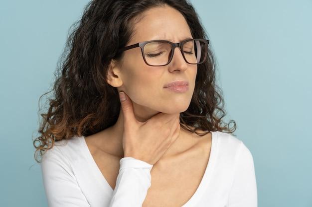 Donna malata con mal di gola, tonsillite, che soffre di deglutizione dolorosa isolata in studio