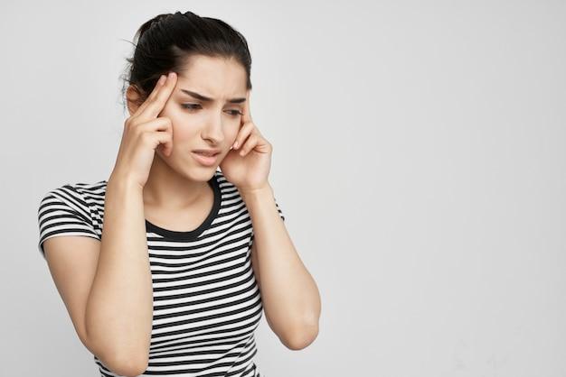 Donna malata che tiene la sua testa emicrania depressione problemi di salute