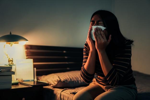 Donna malata che riposa sul suo letto. messa a fuoco selettiva e morbida.