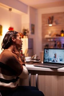 Donna malata che parla con il medico in videoconferenza online