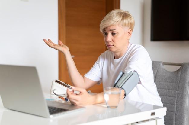 Donna malata che parla con il medico online