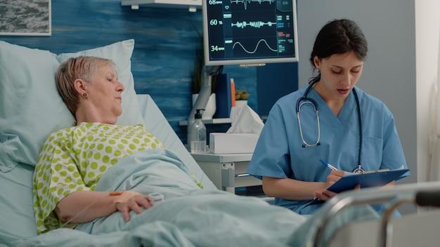 Donna malata che parla con uno specialista sanitario del recupero