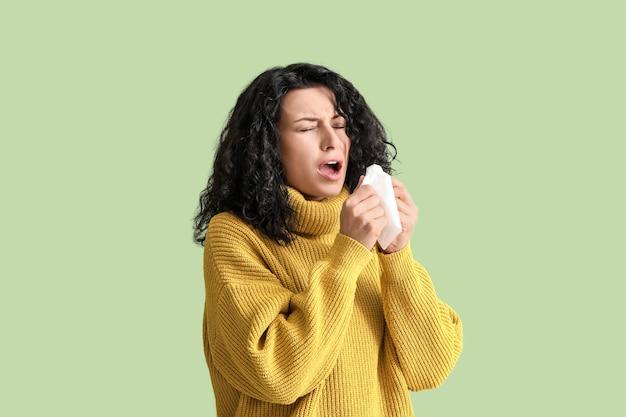 Giovane donna ammalata sulla superficie di colore