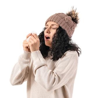 Giovane donna ammalata sulla superficie bianca