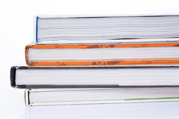 Lato del libro su sfondo bianco