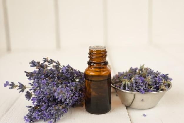 Foto a lato bouquet di ciotola di lavanda con olio essenziale di fiori profumati.