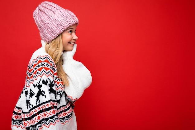 Giovane donna bionda felice sorridente graziosa di profilo laterale