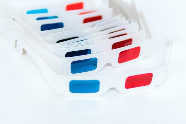 Vista laterale di occhiali 3d isolati su sfondo bianco.