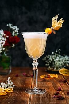 Vista laterale su appetitoso cocktail di schiuma acida dolce