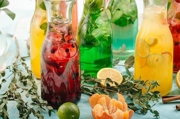 Vista laterale su un assortimento di limonate di frutta fresca