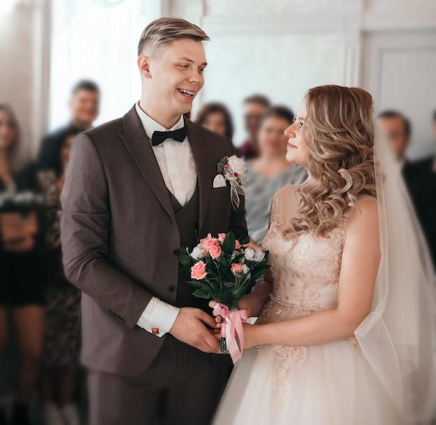 Vista laterale . bellissimo sposo in attesa dell'inizio della cerimonia nuziale