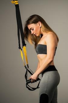 Vista laterale di un modello di fitness bella giovane donna