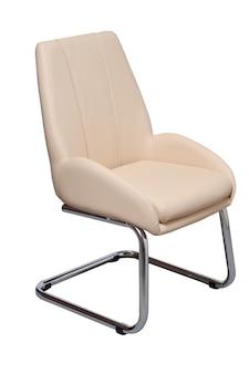 Vista laterale della sedia da ufficio beige isolata su sfondo bianco