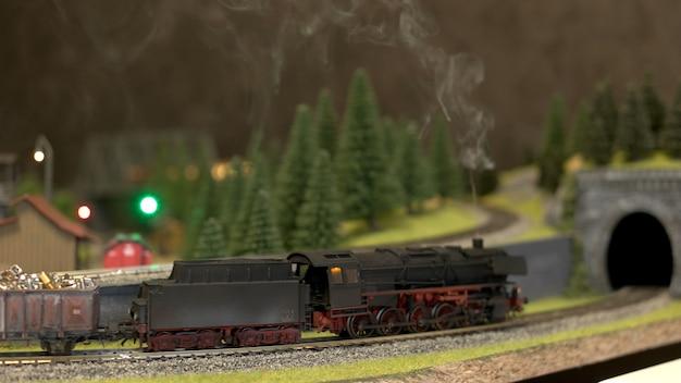 Lokomotive giocattolo nero vista laterale.