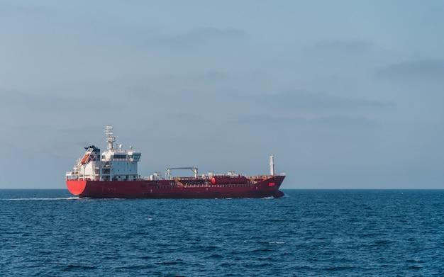 Vista laterale della nave da carico che naviga in mare aperto