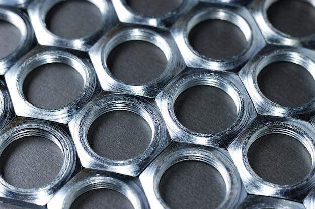 Dadi del metallo del cromo del primo piano di vista laterale