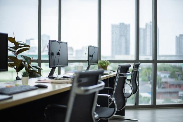 Vista laterale dei computer e delle cuffie sulla scrivania del centro di formazione del call center