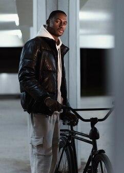 Uomo del ciclista di vista laterale che tiene la sua bici