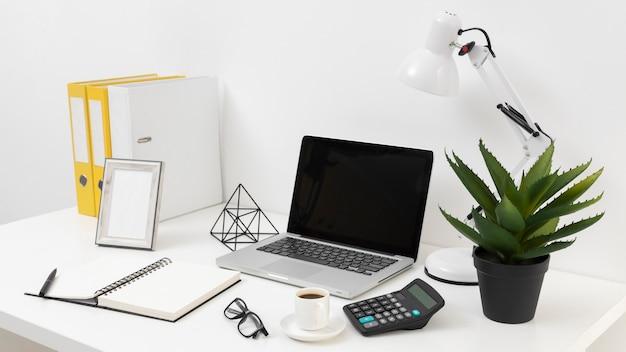 Disposizione degli elementi della scrivania con vista laterale