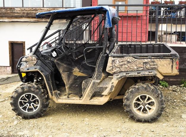 Vista laterale del buggy sporco. veicolo atv per la guida fuoristrada estrema