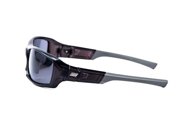 Occhiali da sole moda vista laterale montature nere su sfondo bianco