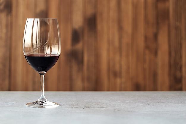 Vista laterale su un bicchiere di vino rosso sul tavolo