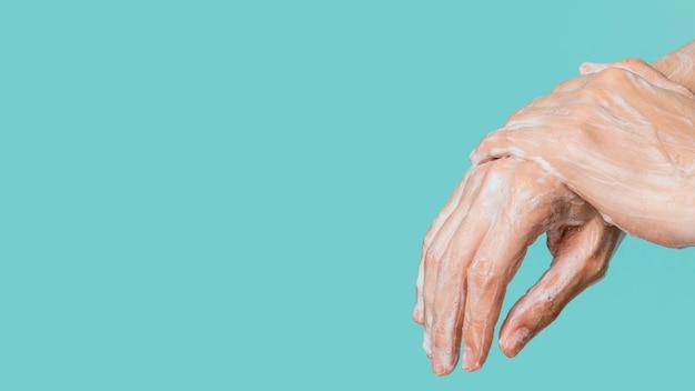 Vista laterale della pulizia delle mani con spazio di copia