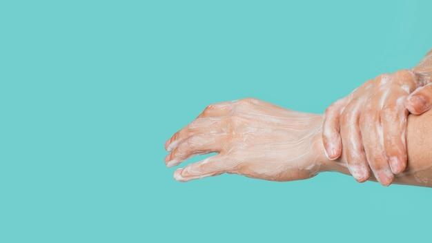 Vista laterale della pulizia delle mani