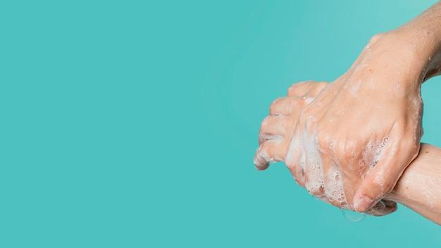 Vista laterale del lavaggio a mano con sapone