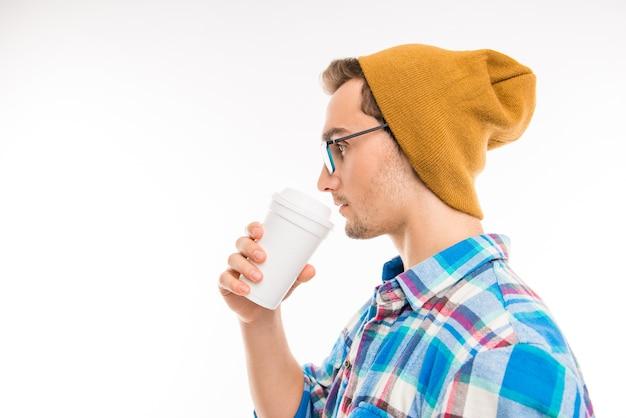 Vista laterale di un bell'uomo con occhiali da cocktail e cappello