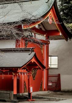 Vista laterale del tempio in legno giapponese
