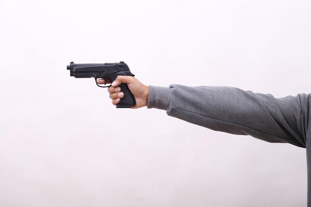 Vista laterale dell'uomo che mira pistola