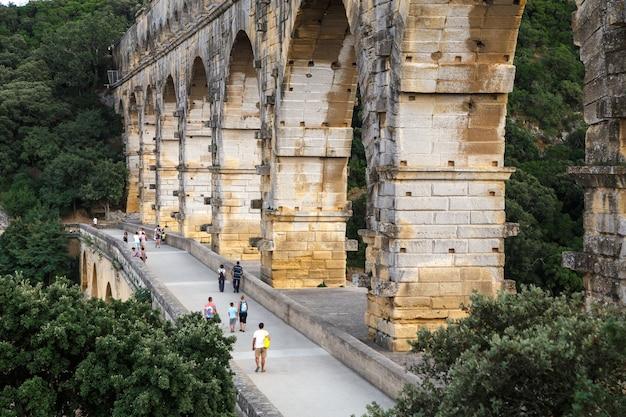 Vista laterale del pont du gard antico acquedotto romano ponte attraverso il fiume gardon in provenza francia