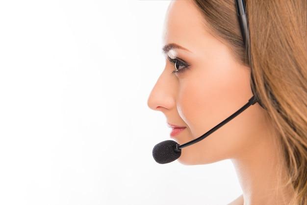 Ritratto di vista laterale di piuttosto giovane agente del call center