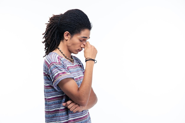 Ritratto di vista laterale di un uomo afroamericano premuroso in piedi isolato su un backgroun bianco