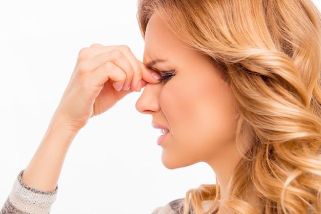 Ritratto di vista laterale della donna stanca di youn con mal di testa