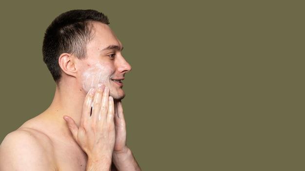 Ritratto di vista laterale del giovane con l'acne Foto Premium