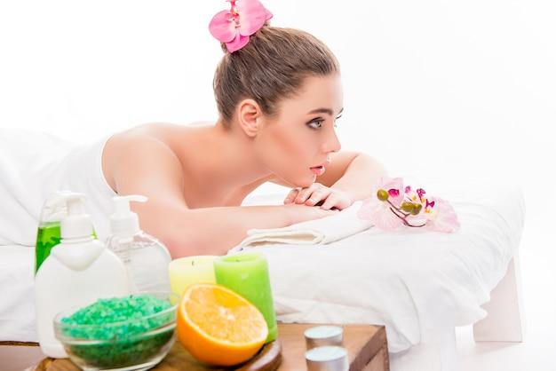 Ritratto di vista laterale di giovane donna che ha aromaterapia nella stazione termale